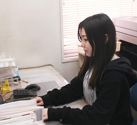 作業風景20代女性